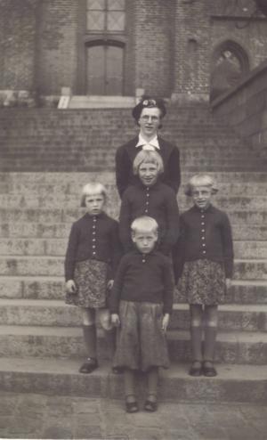 Jenny Marie Kristiane Wedel Nilsen med sine børn Grethe Marie Wedel Christensen, Rosa Marie Wedel Christensen, Viola  Marie Wedel Christensen og Egil Wedel Christensen.