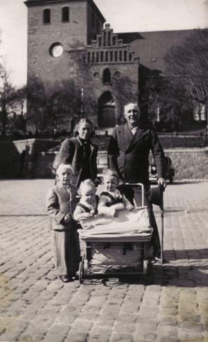 00141 - Mor´s farbror Mathis og tante Anna med børnene Kurt og tvillingerne Ingrid og Hanne