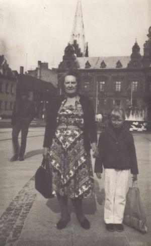 00142 - Mor´s faster Anna og hendes barnebarn Grethe