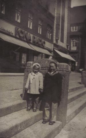 00145 - Mor´s farbror Nis´s døtre Inger og Anna