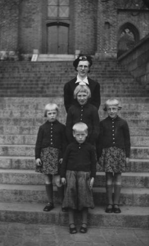 Jenny Marie Kristiane Wedel Nielsen med sine børn Grethe Marie Wedel Christensen, Rosa Marie Wedel Christensen, Viola Marie Wedel Christensen.