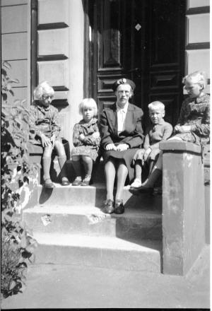 Jenny Marie Kristiane Wedel Nielsen med sin børn Grethe Marie Wedel Christensen, Rosa Marie Wedel Christensen, Viola Marie Wedel Christensen.