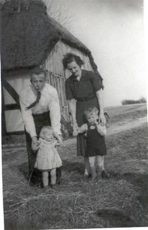 Elis og Signe, med Lene og Pierre, april 1953