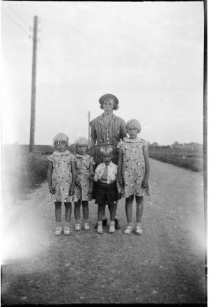 Jenny Marie Kristiane Wedel Nielsen me dsine børn Grethe og Rosa og Viola og egil 1