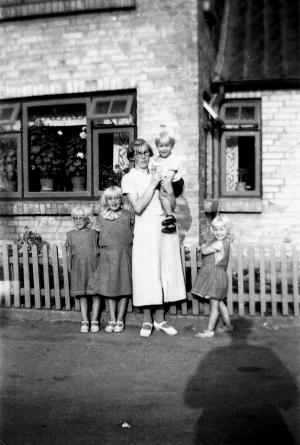 Jenny Marie Kristiane Wedel Nielsen me dsine børn Grethe og Rosa og Viola og egil 2